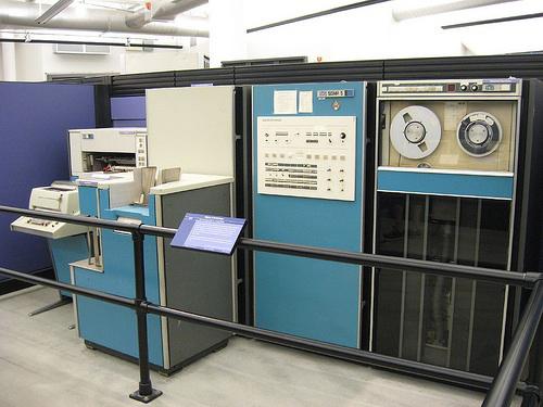 Il computer mainframe Xerox Sigma V. Fonte: https://ediebresler.wordpress.com/2011/09/09/long-live-the-e-book/